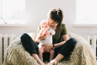 Maman et son bébé profitant d'un air sain grâce à un système de VMC