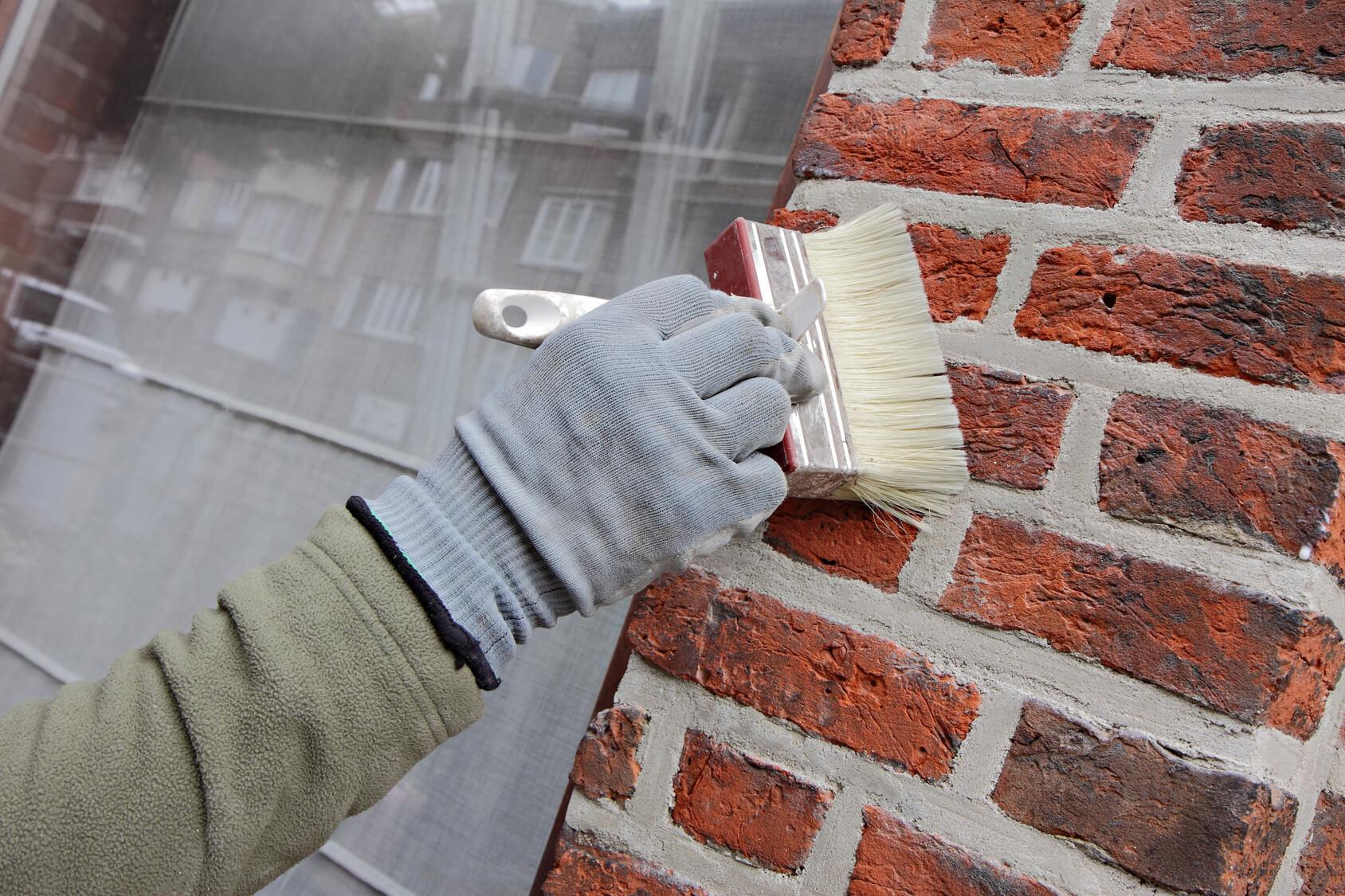 Rénovation d'une façade en briques avec un enduit