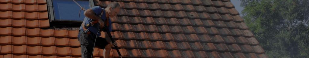 Technicien procédant à un entretien de toiture