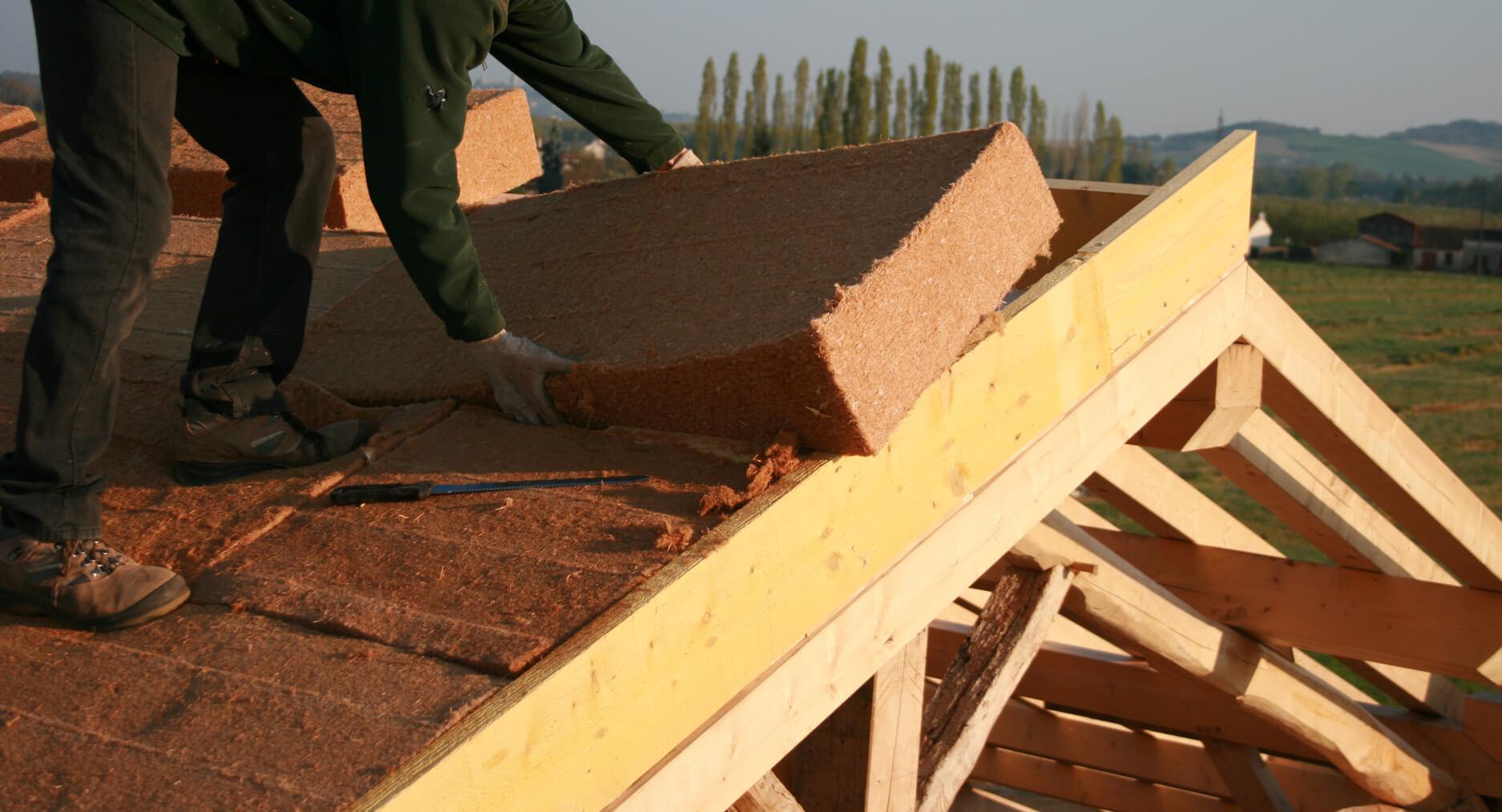 Technicien procédant à une isolation extérieur de toiture par Sarking