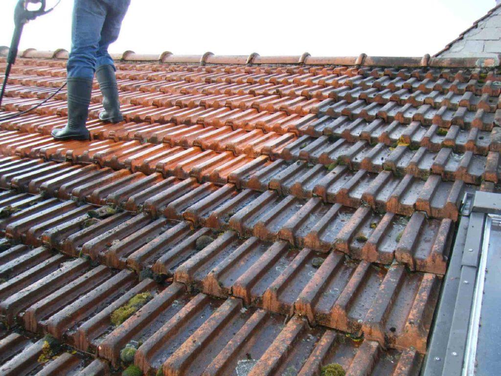Opération de rénovation de toiture par nettoyage et démoussage