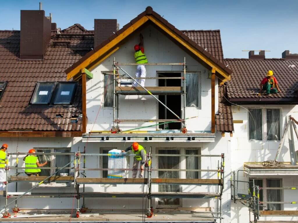 Ouvriers en train de procéder à un ravalement de façade