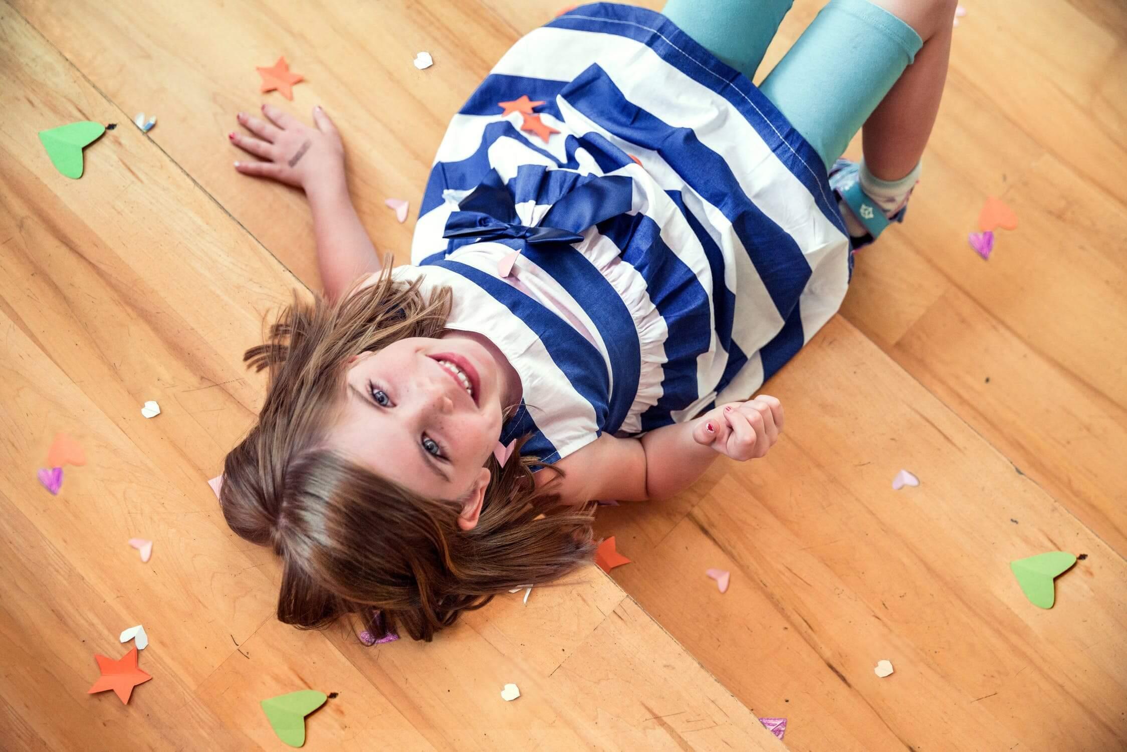 Petite fille sur plancher en bois