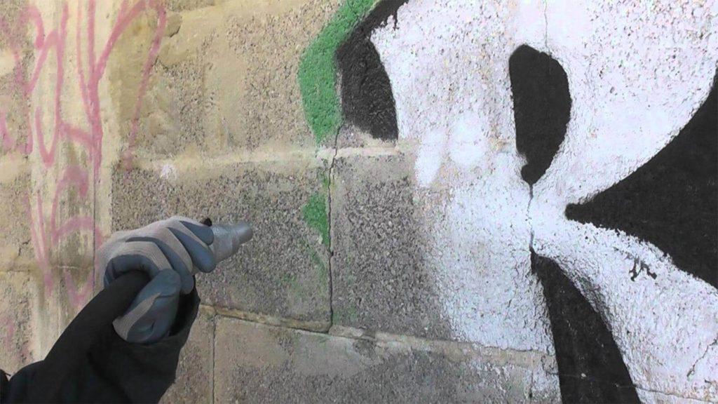 Gommage de façade pierre souillée par un graffiti