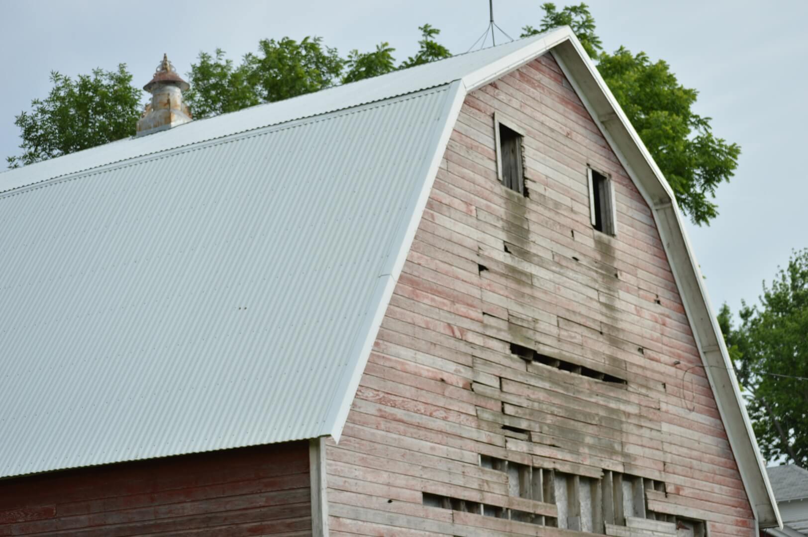 Façade abîmée d'une maison en bois
