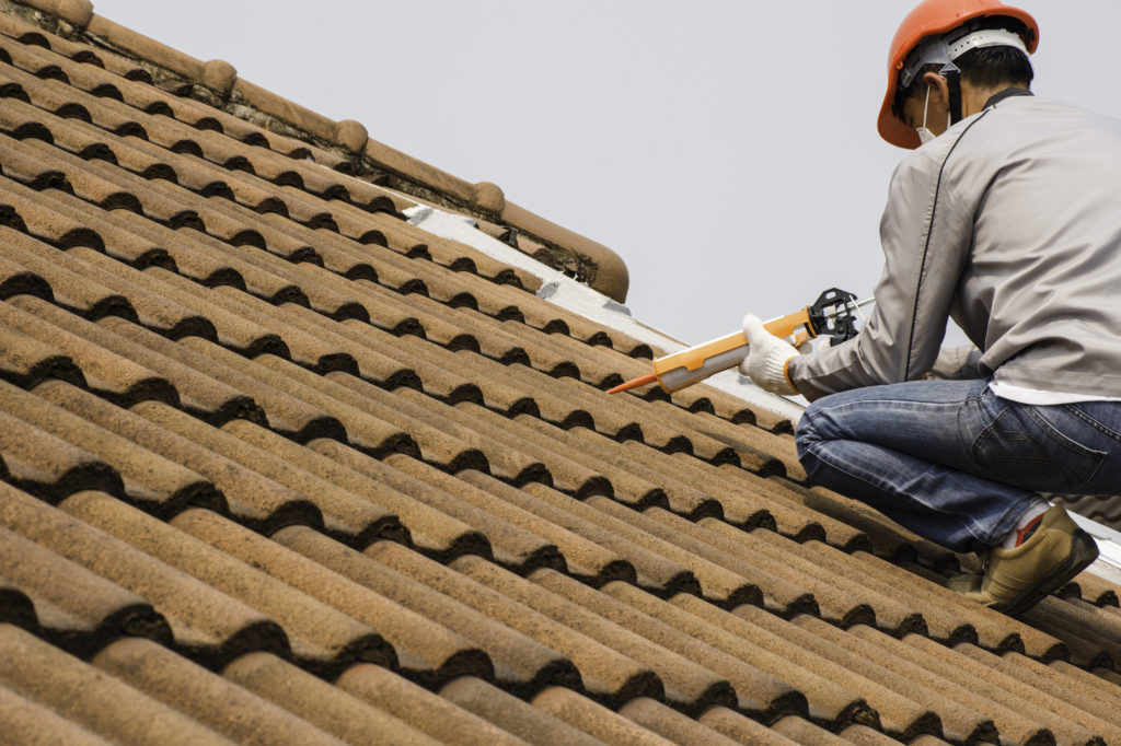 Technicien réparant un toit à Toulon dans le var (83)
